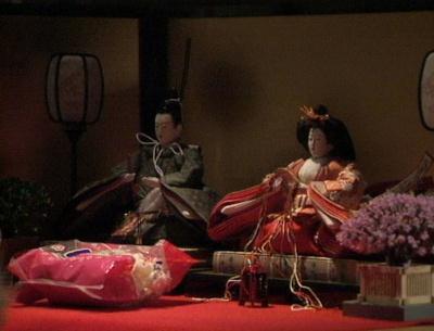 渡鬼第1シリーズ第21回。愛の勉強机に飾られた雛人形2-2