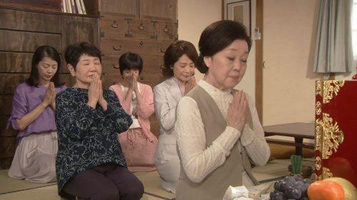渡鬼2018 位牌に手を合わせる岡倉五姉妹